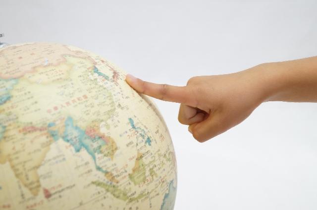 地球儀と手