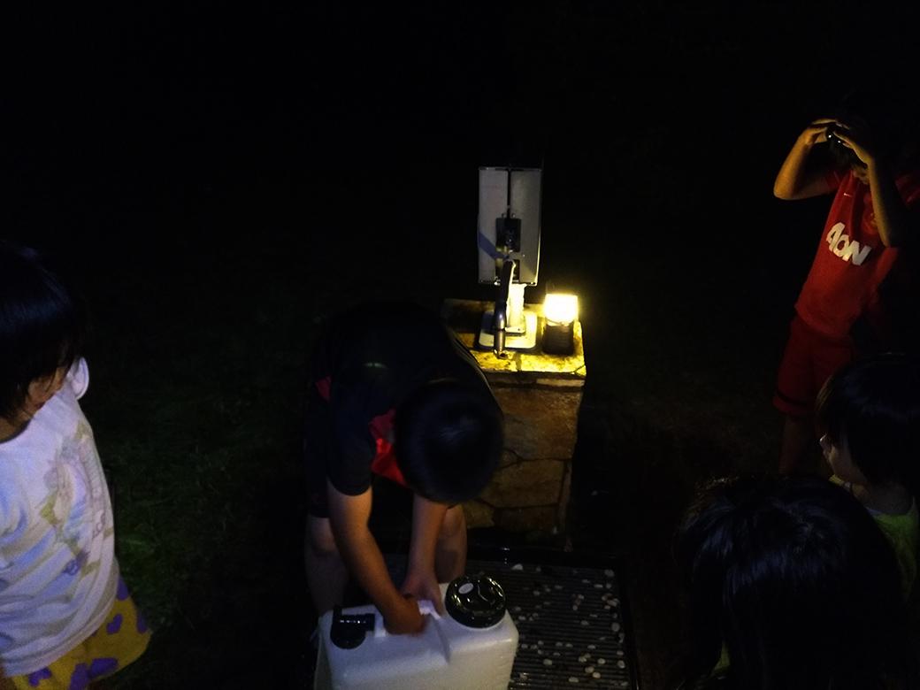 夜の水くみ状況