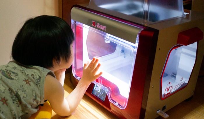 3Dプリンターに興味津々の息子